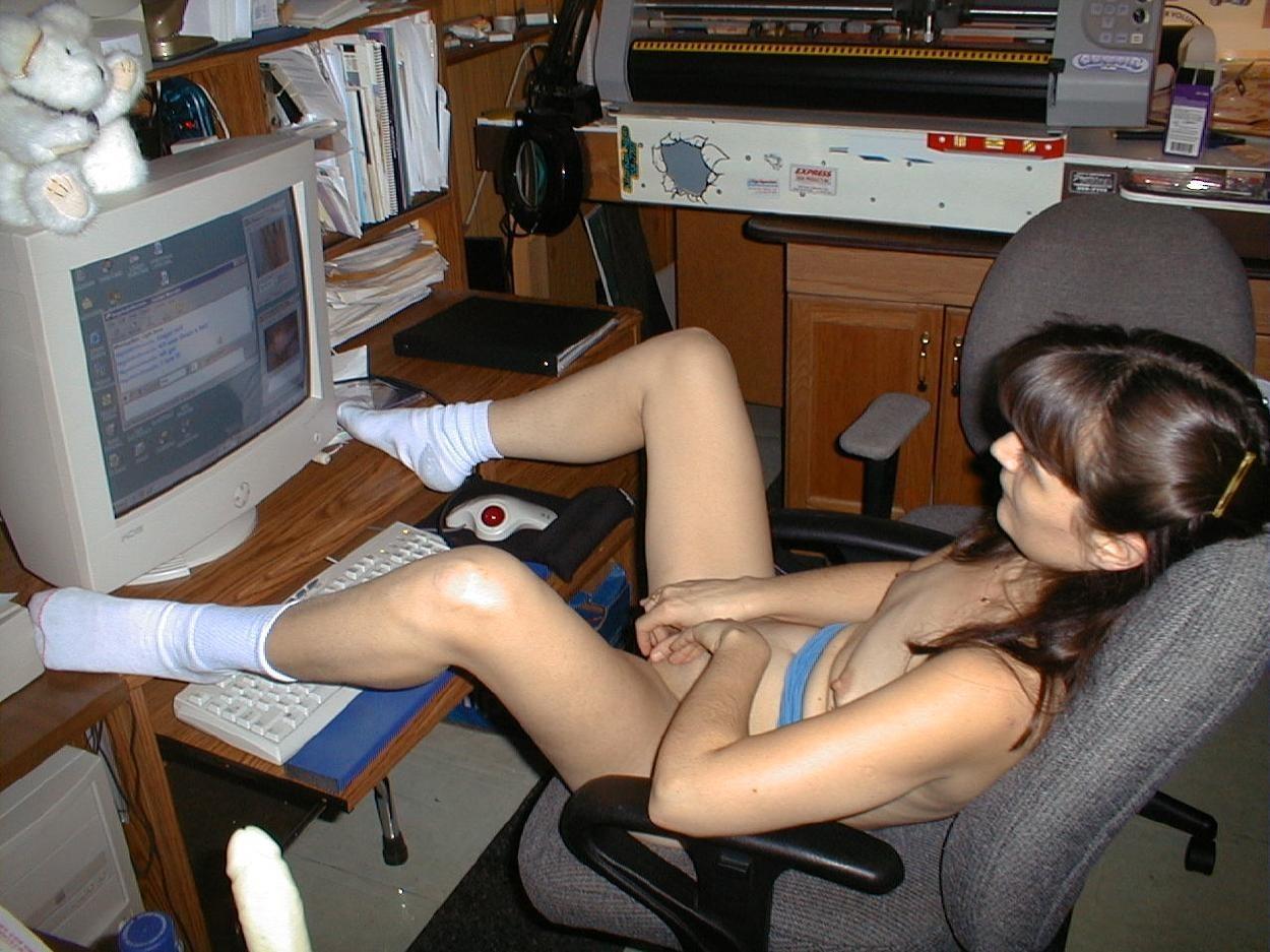 Смотрит порнуху по компьютеру 18 фотография